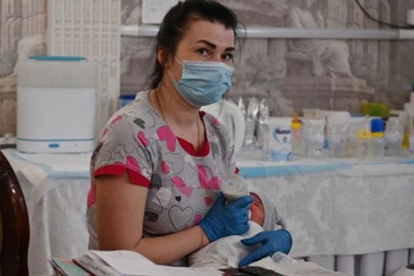 Die Leihmutter-Babys können aus der Ukraine wegen der Quarantäne nicht abgeholt werden. BBC erzählt eine Geschichte des argentinischen Ehepaares