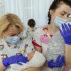 Leihmutter-Babys mit Eltern vereint